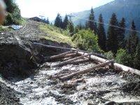 Abgerutschter Hang wird mit Holz gesichert