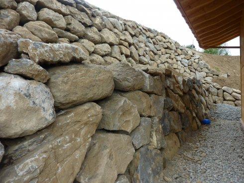 Blockmauer abgestuft