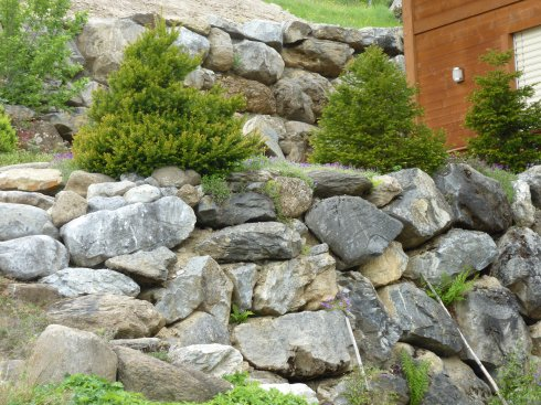 Blockmauer abgestuft und bepflanzt
