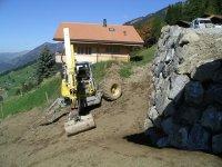 Umgebungsarbeiten mit Blockmauer